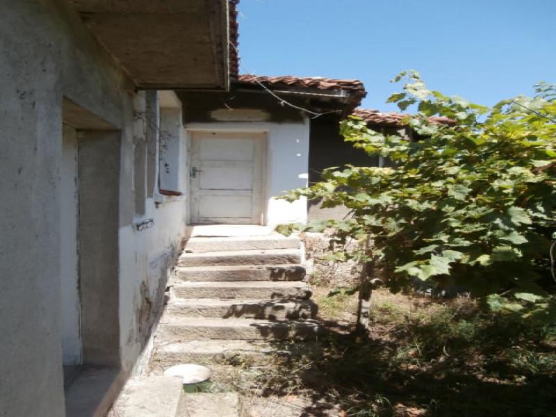 самостоятелна къща в село Славовица